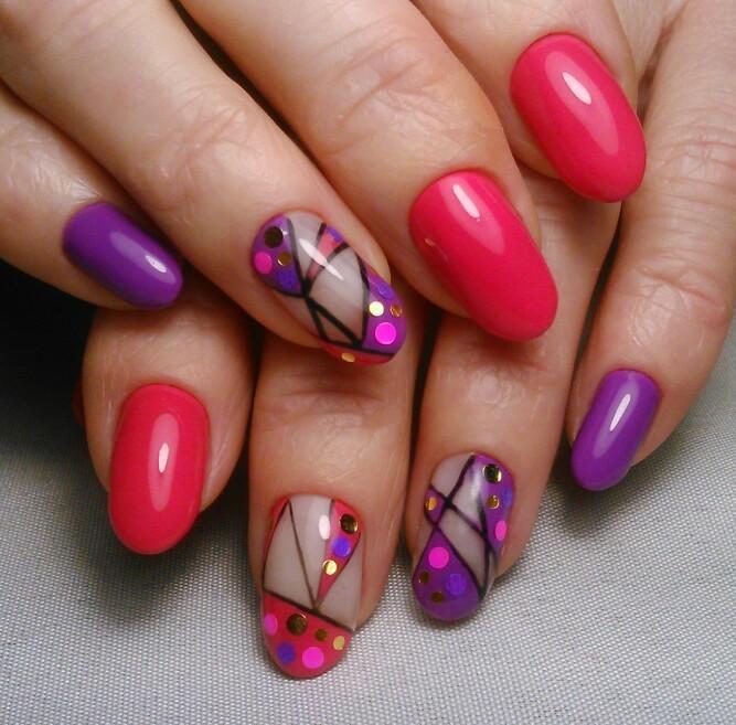 Кораллово-фиолетовый маникюр с геометрическими узорами
