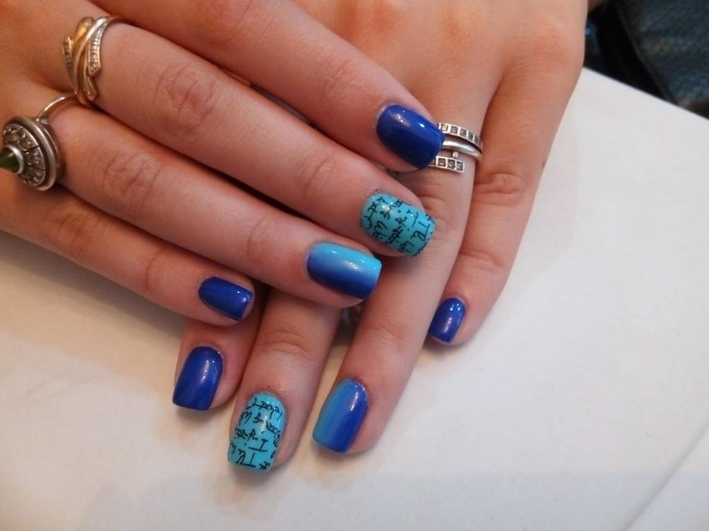 Синий омбре-маникюр с надписями
