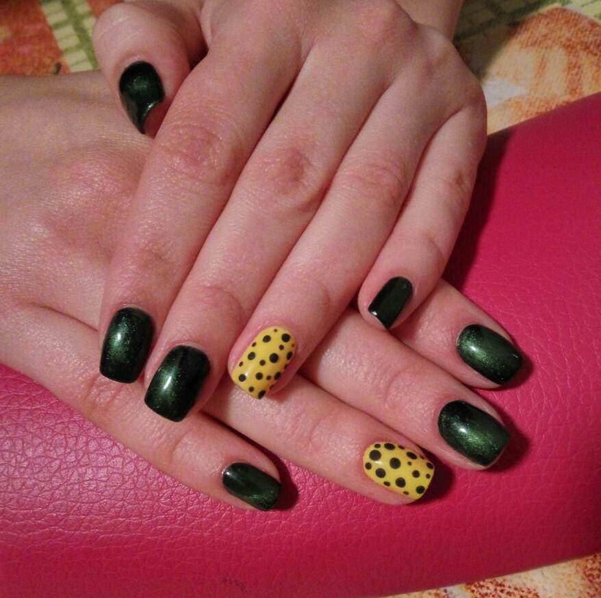 Зеленые ногти с втиркой и горошки на желтом фоне