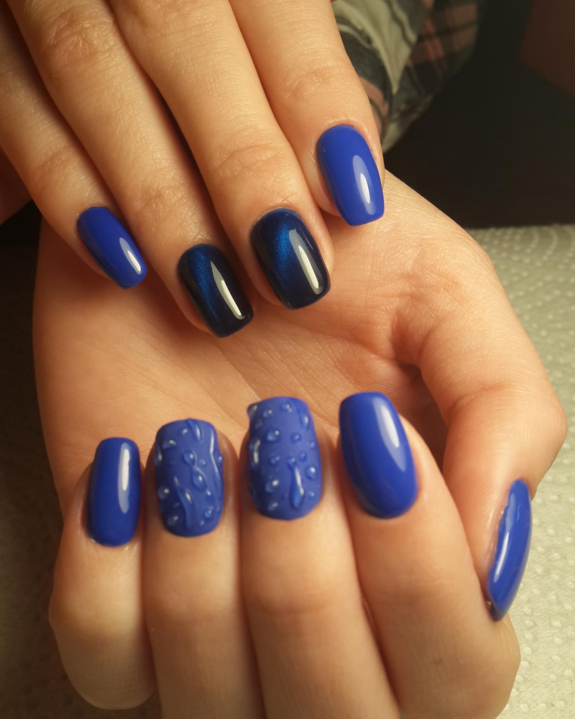 Синий маникюр с магнитными и объемными узорами