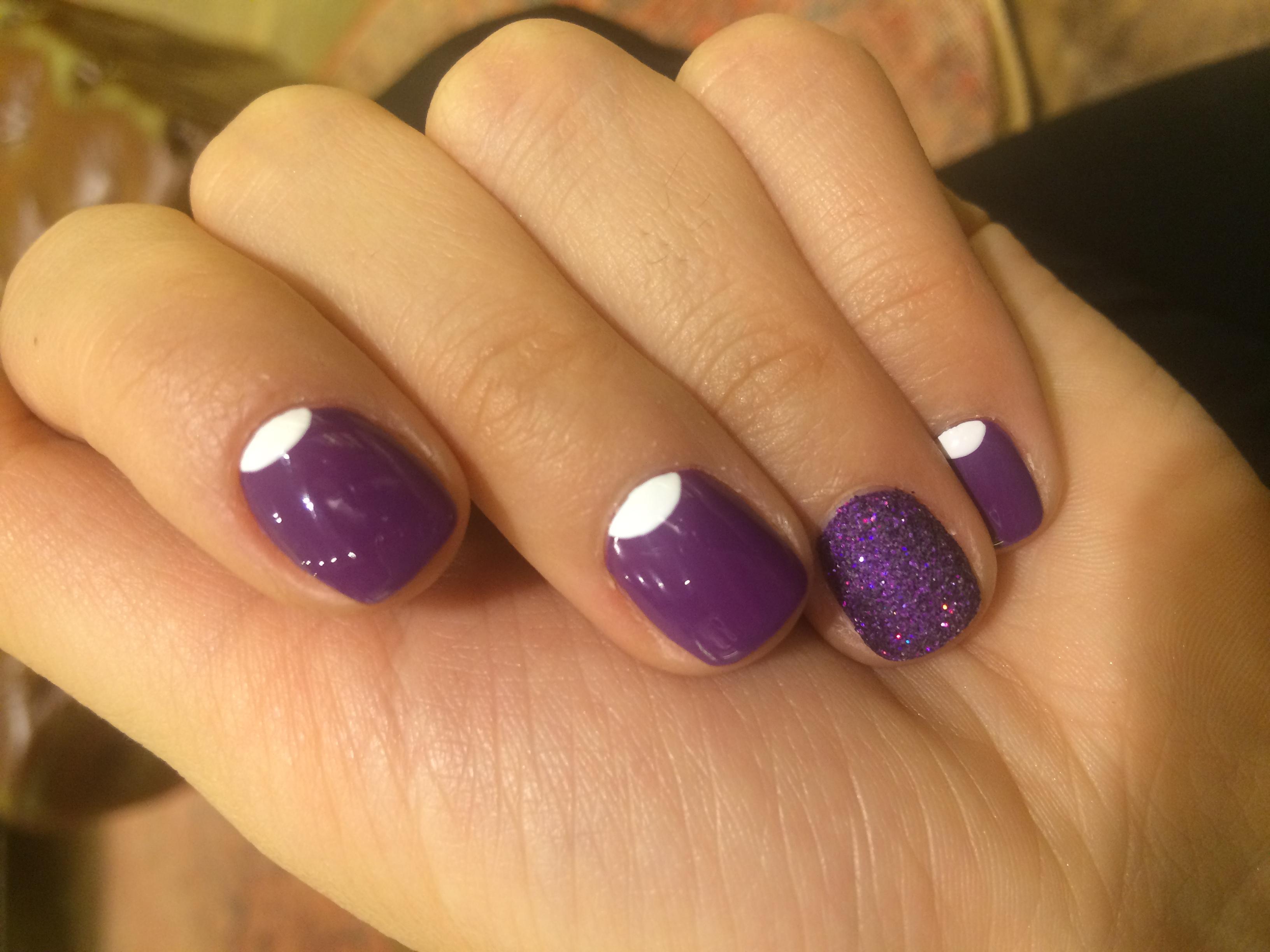 Милый фиолетовый маникюр с лунным френчем