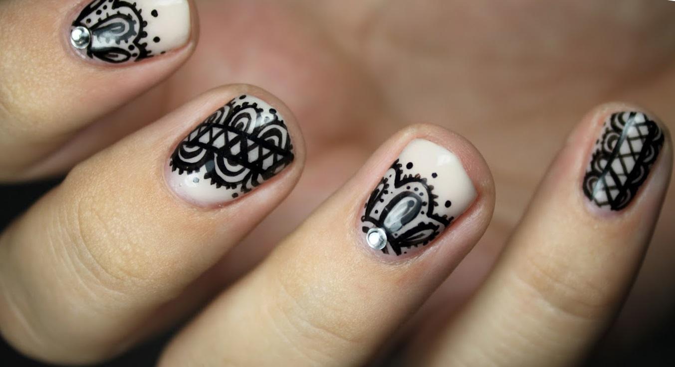 Короткие ногти с черным кружевом