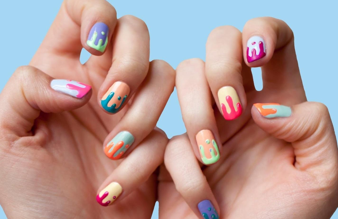 Веселые блики красок на коротких ногтях