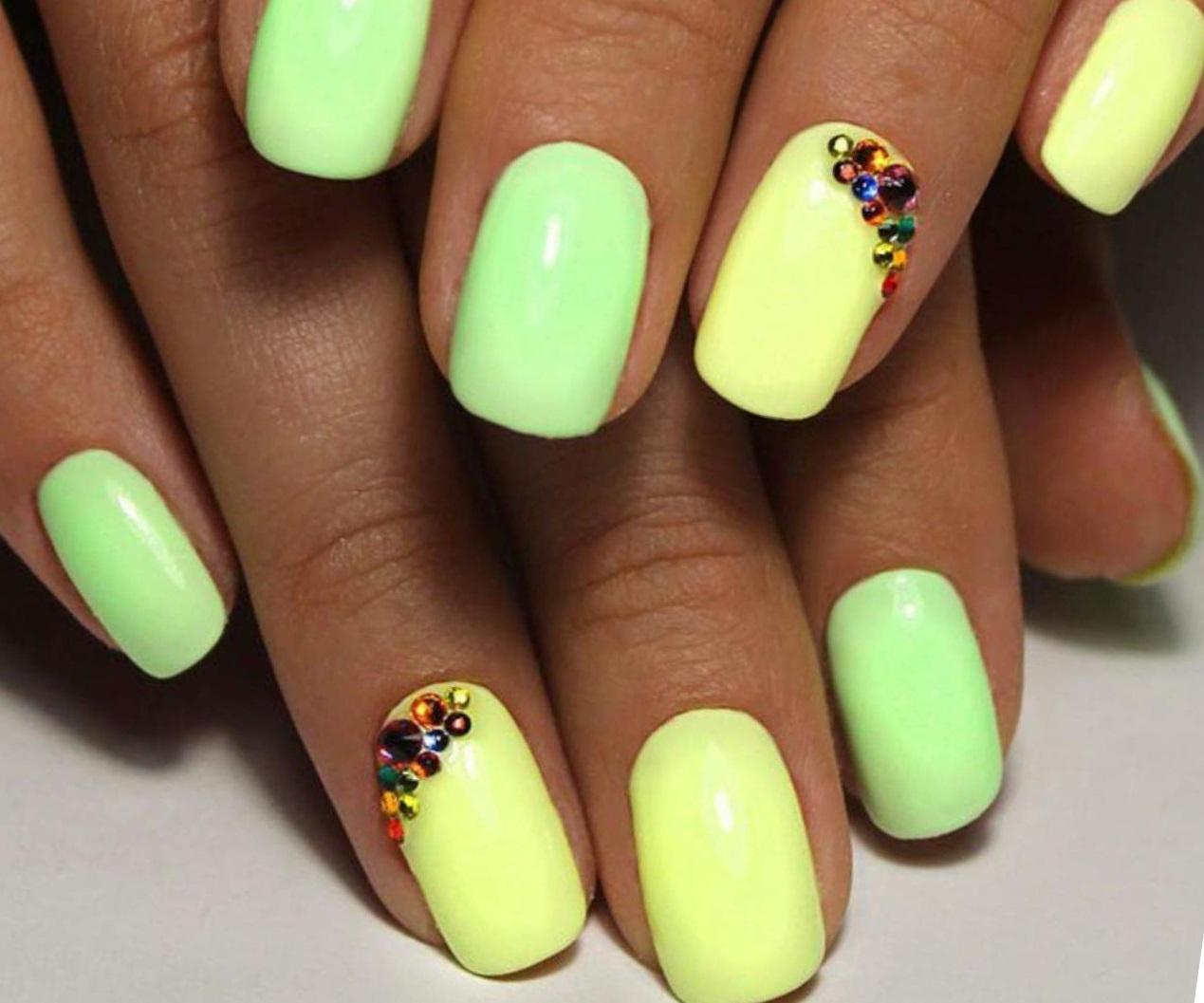 Желто-зеленый маникюр с цветными стразами