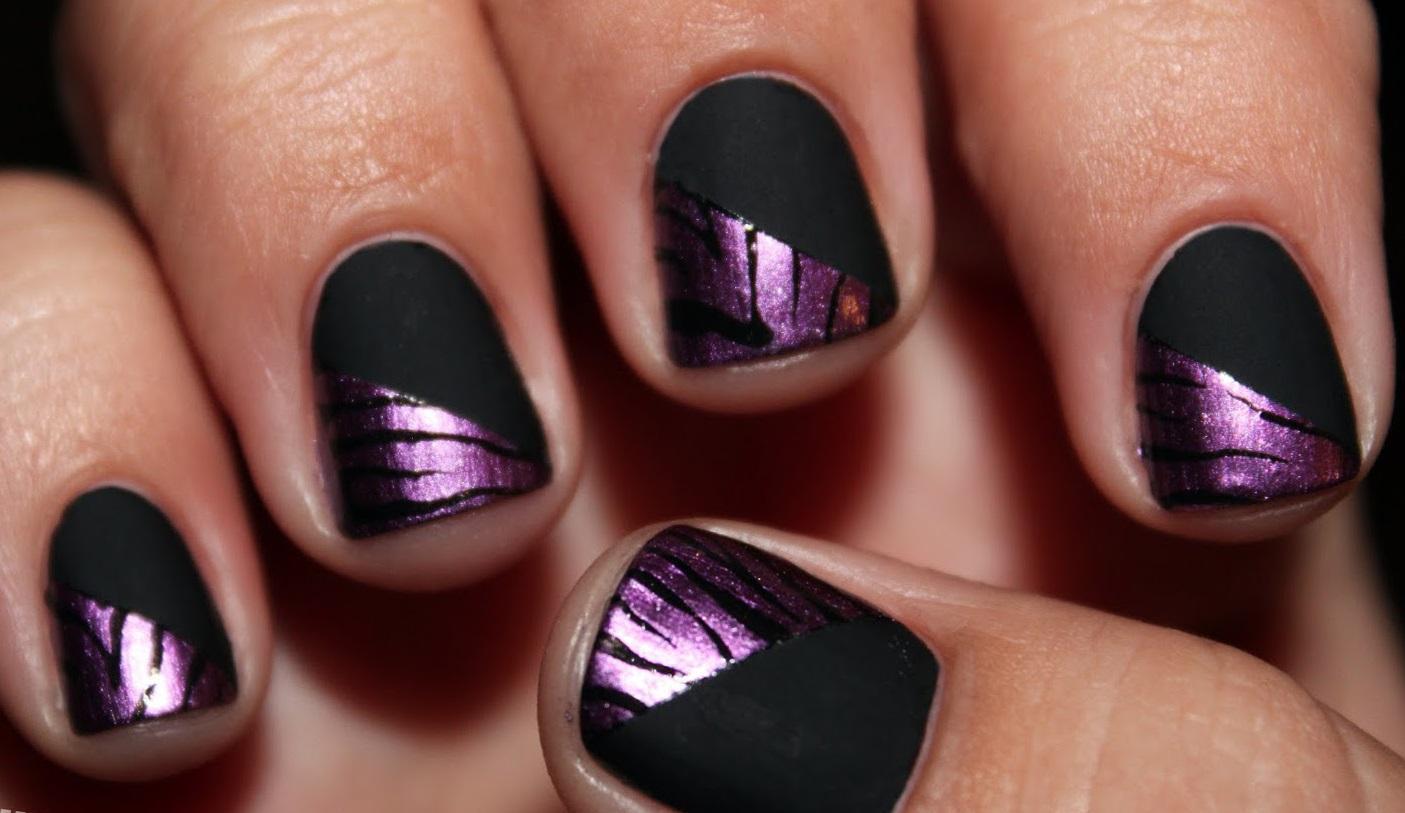 Черный матовый маникюр с фиолетовым кракелюром