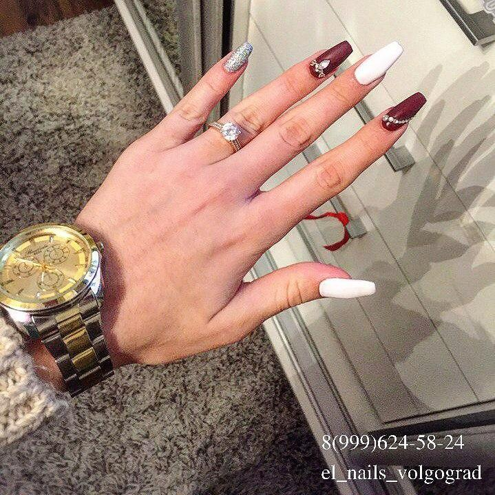 Бордовый и белый — стильный маникюр на длинные ногти