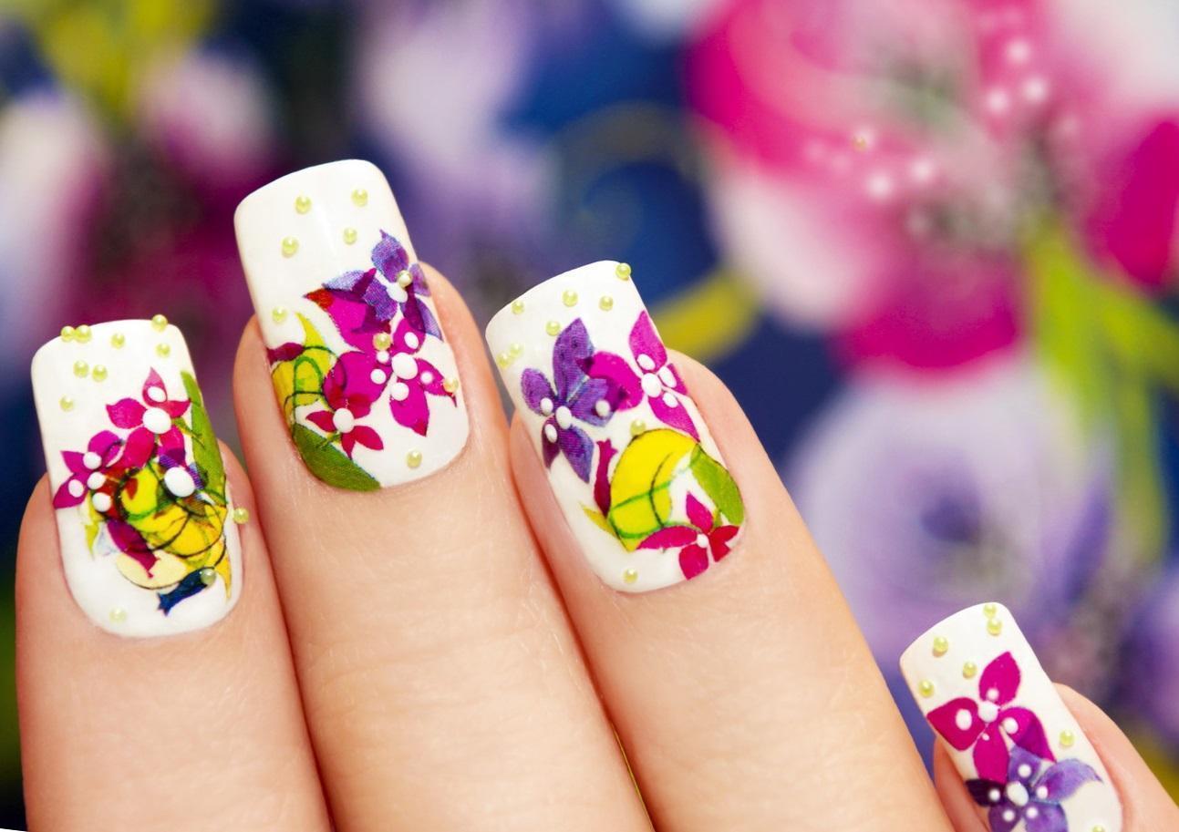 Наращенные ногти с бульонками и цветами