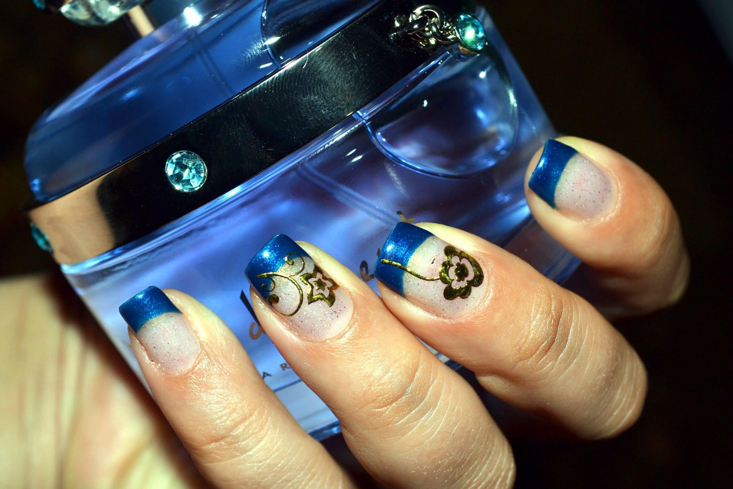 Интересный маникюр с синем френчем и золотыми цветами