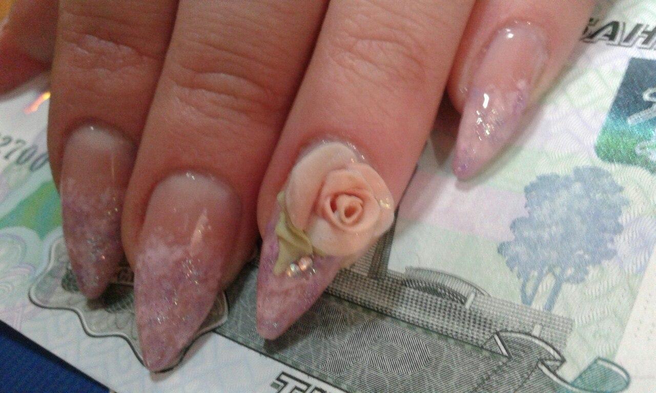 Объемная роза на длинных ногтях с блестками