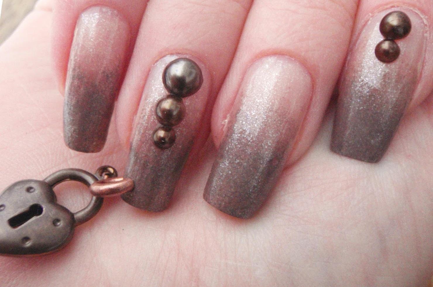 Пирсинг на длинных ногтях с омбре