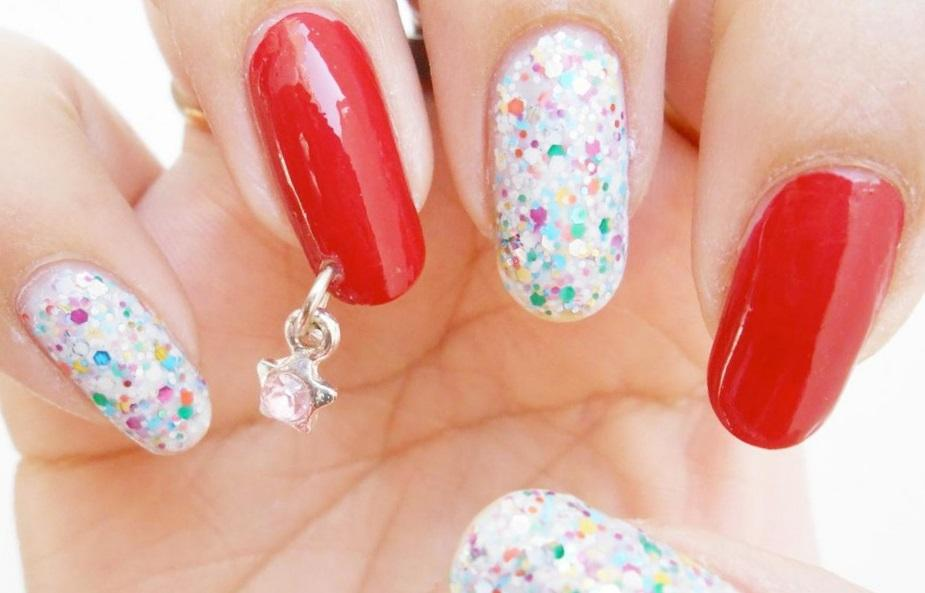 Пирсинг на длинных ногтях с блестками