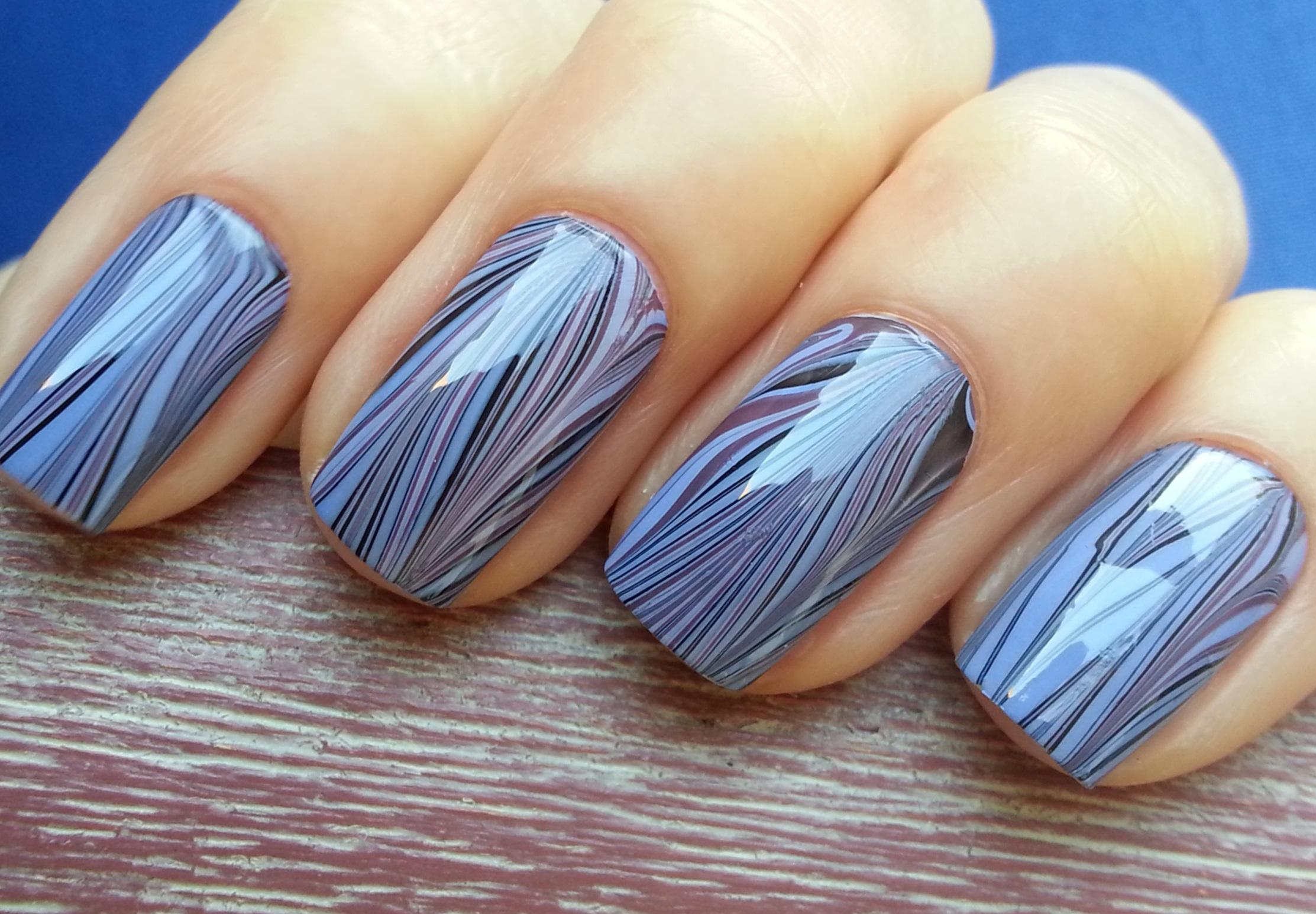 Полосатый водный маникюр в серо-голубом цвете Красивый маникюр. Тренды новогоднего маникюра.