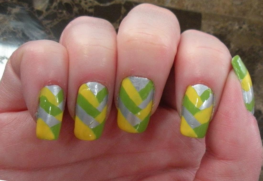 Маникюр в желто-зеленую полоску с серебром