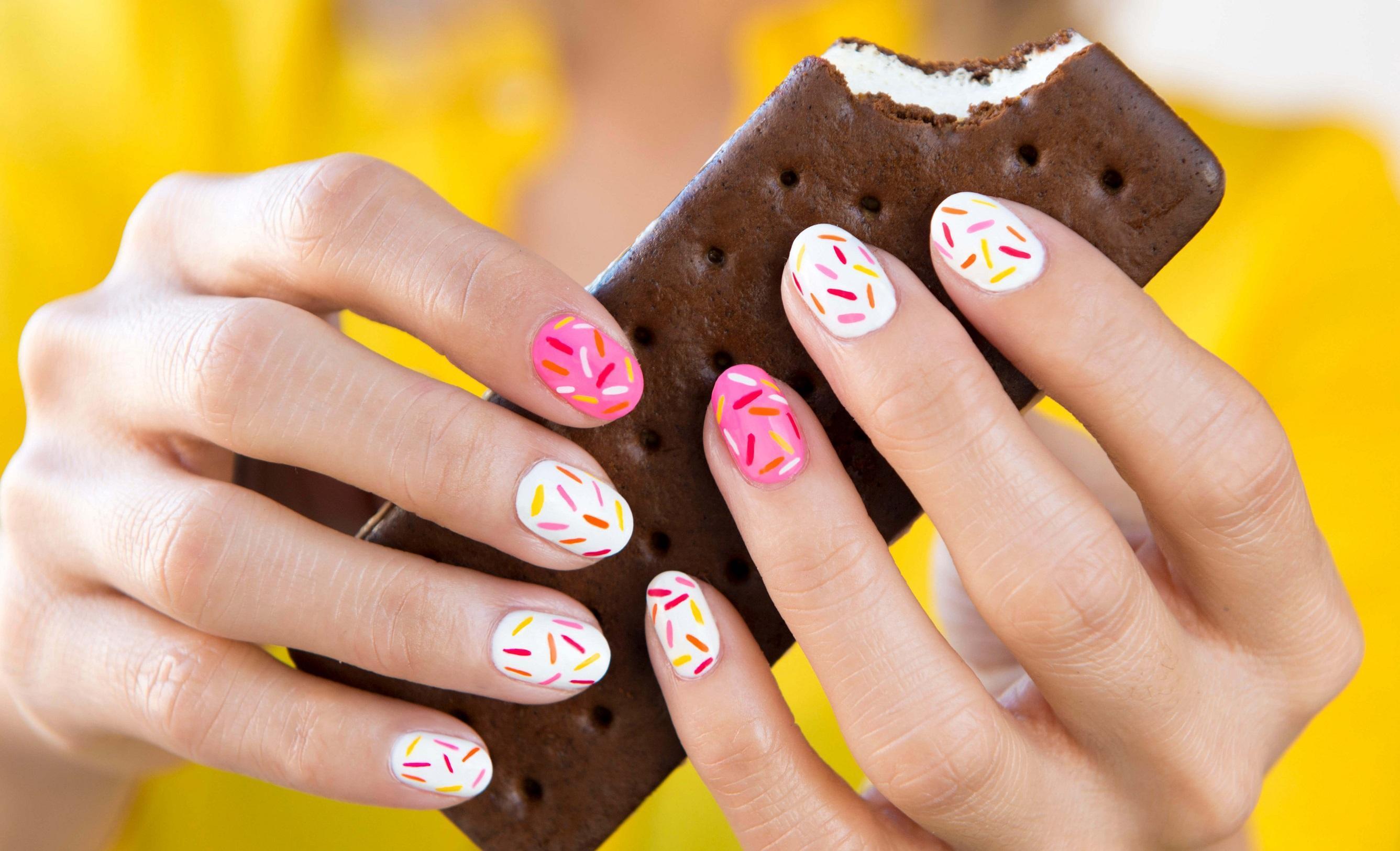 Веселые штрихи на светлых коротких ногтях
