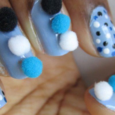Голубой маникюр с горохами и помпонами