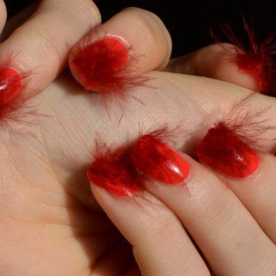 Красный пушистый маникюр на средние ногти