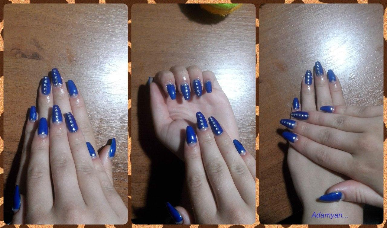 Яркие синие ногти со стразами