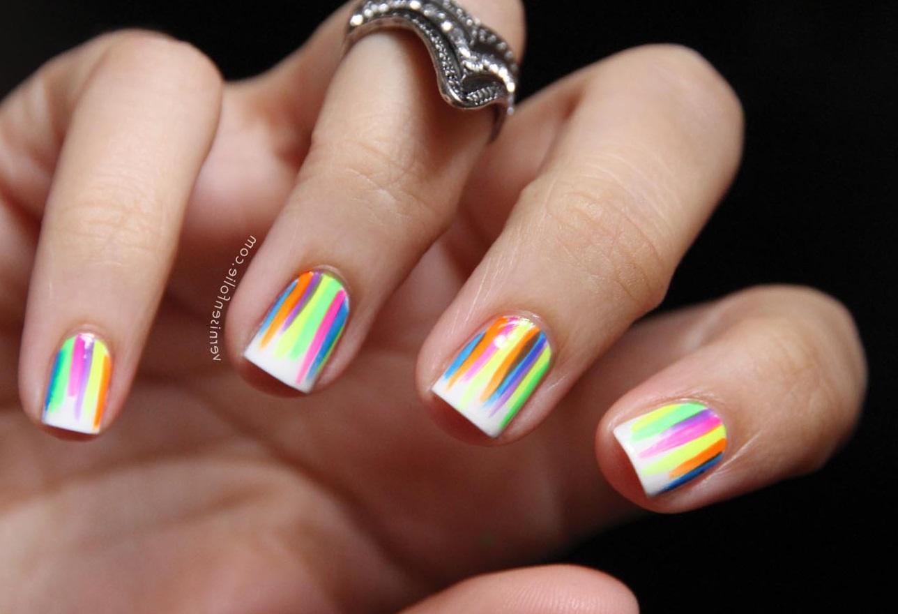 Цветные штрихи на белых ногтях