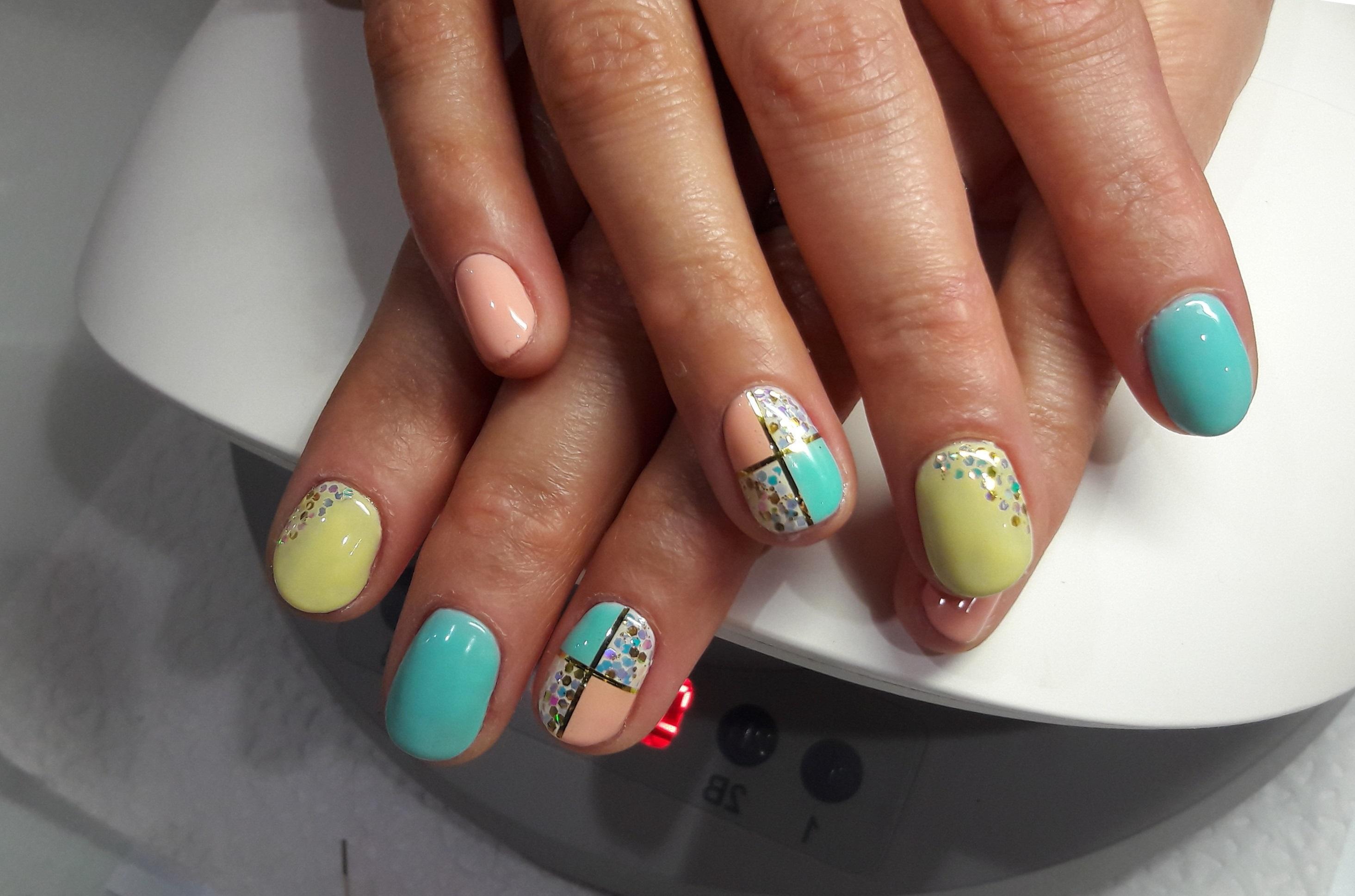 Фольга и блестки на цветных ногтях