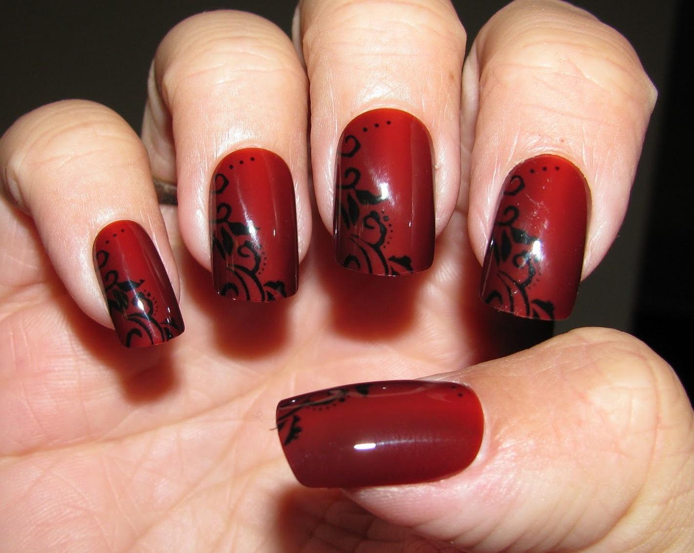 Черная роспись на красно-бордовых ногтях