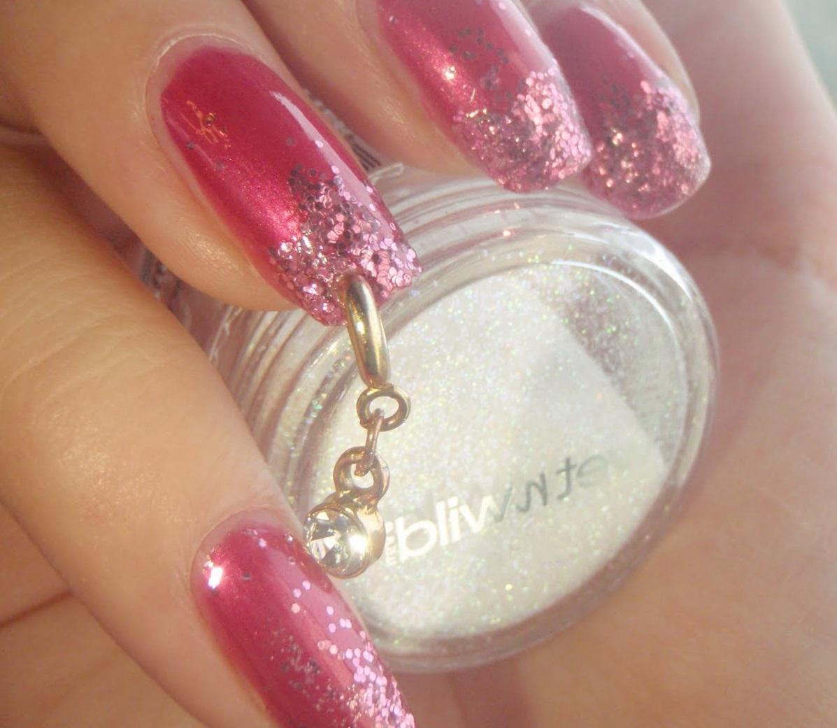 Розовый маникюр с пирсингом на длинные ногти