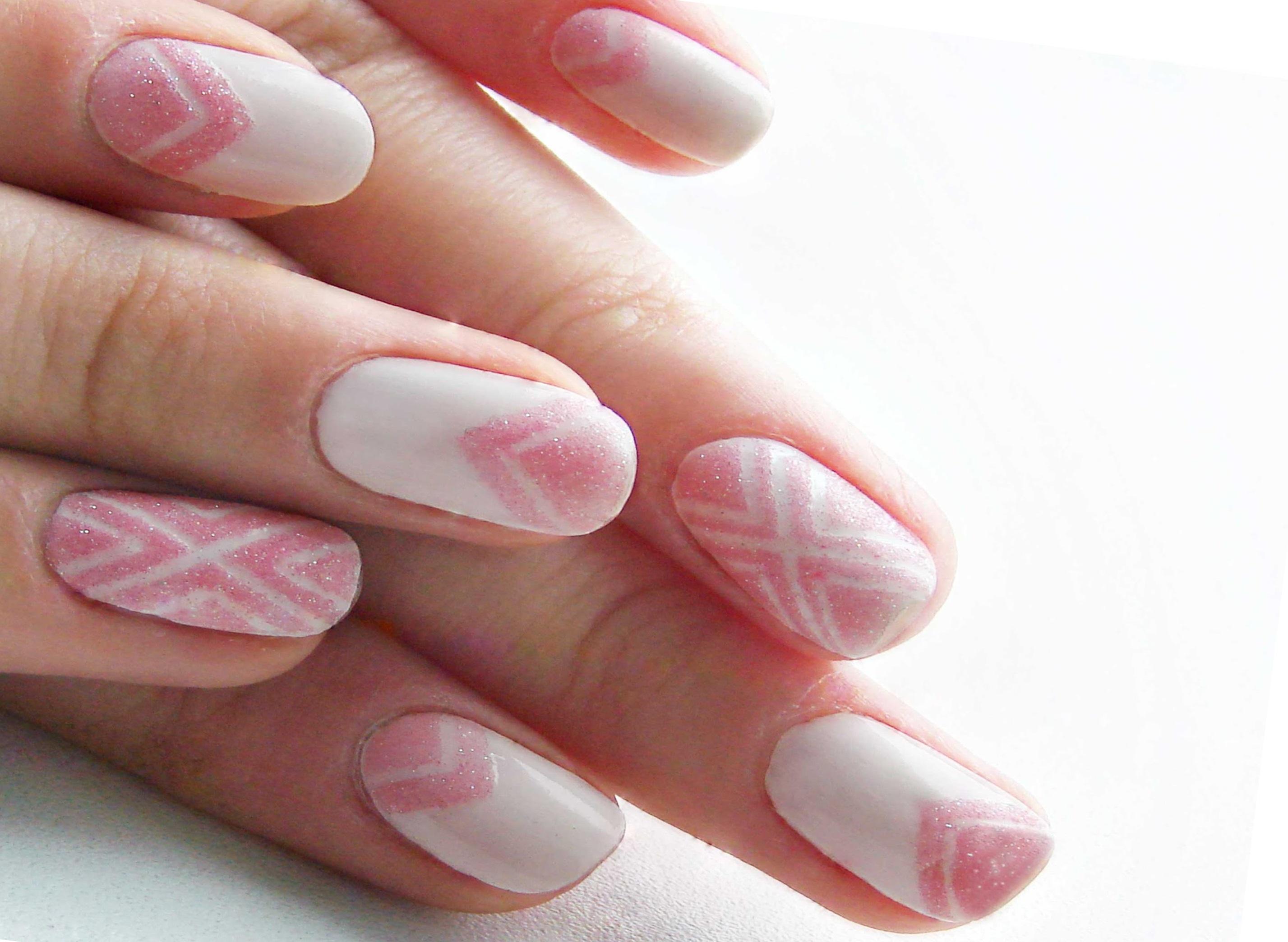 Розовый сахарный маникюр на белом фоне