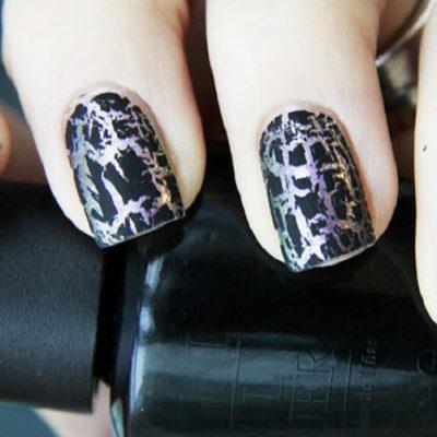 Черно-серебряный кракле на средних ногтях