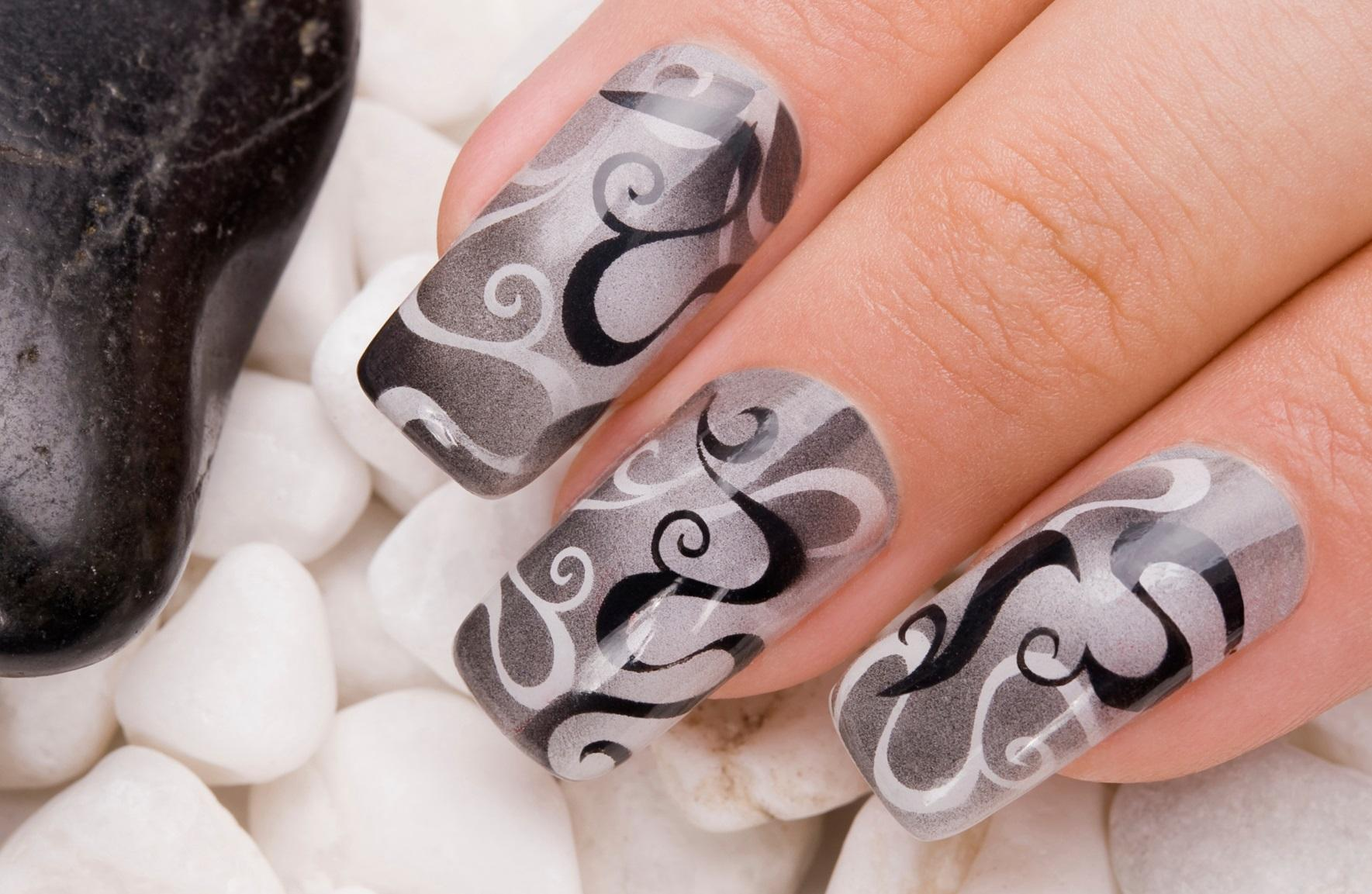 Красивый серый маникюр на наращенных ногтях