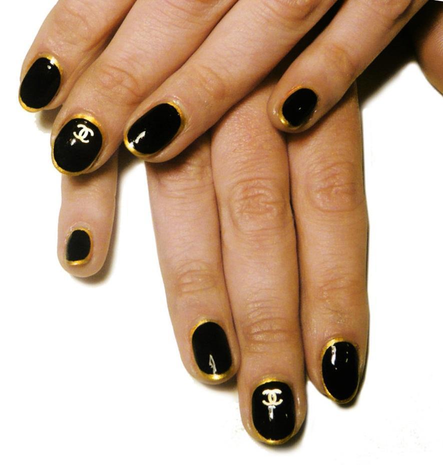 Черно-золотой маникюр «Шанель»