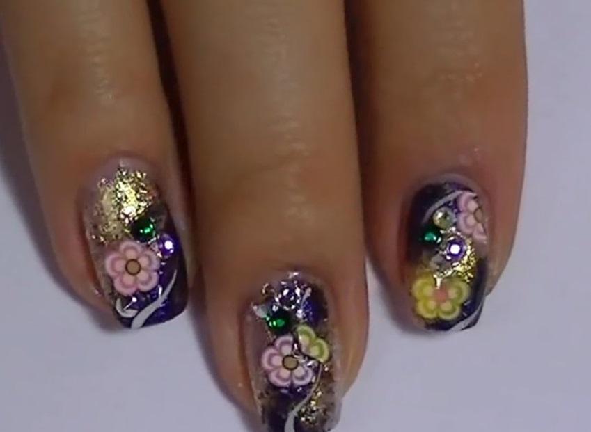 Сложный маникюр с фольгой, блестками и цветами