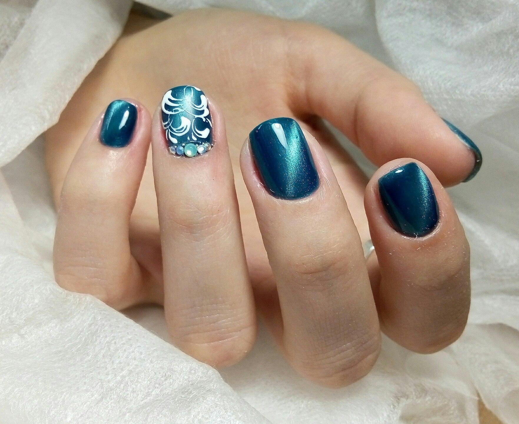Великолепный голубой магнитный маникюр с росписью и стразами