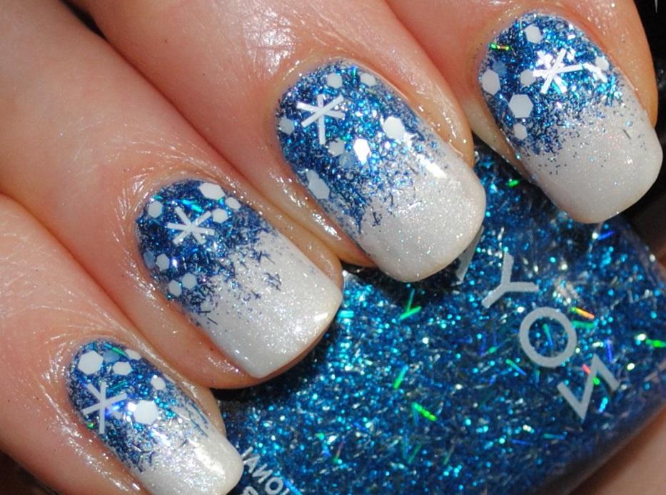 Блестящие снежинки в голубом зимнем маникюре