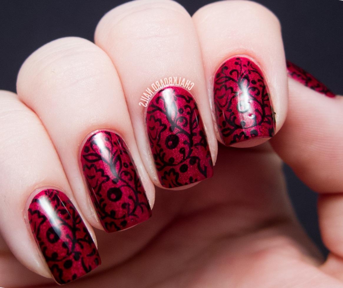 Черный стемпинг на красно-розовых ногтях