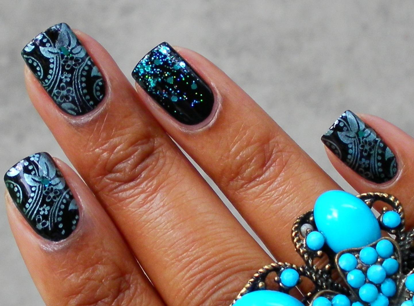 Серебрящиеся голубым стемпинг-узоры на черном маникюре