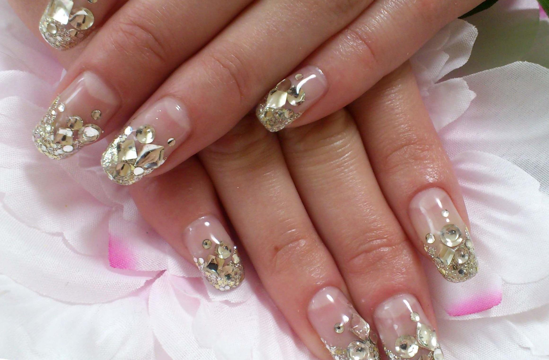 Золотой декор для ногтей в свадебном маникюре