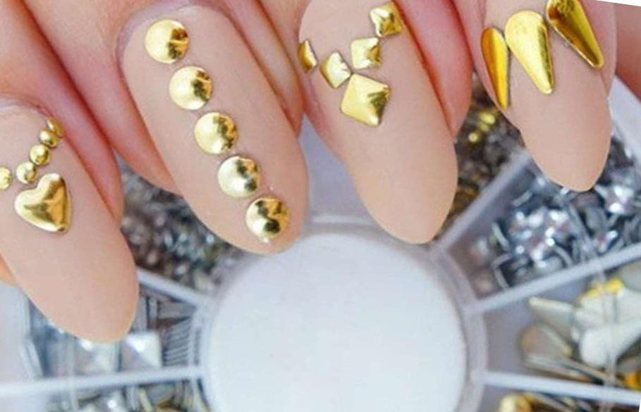 Золотые украшения на матовых ногтях