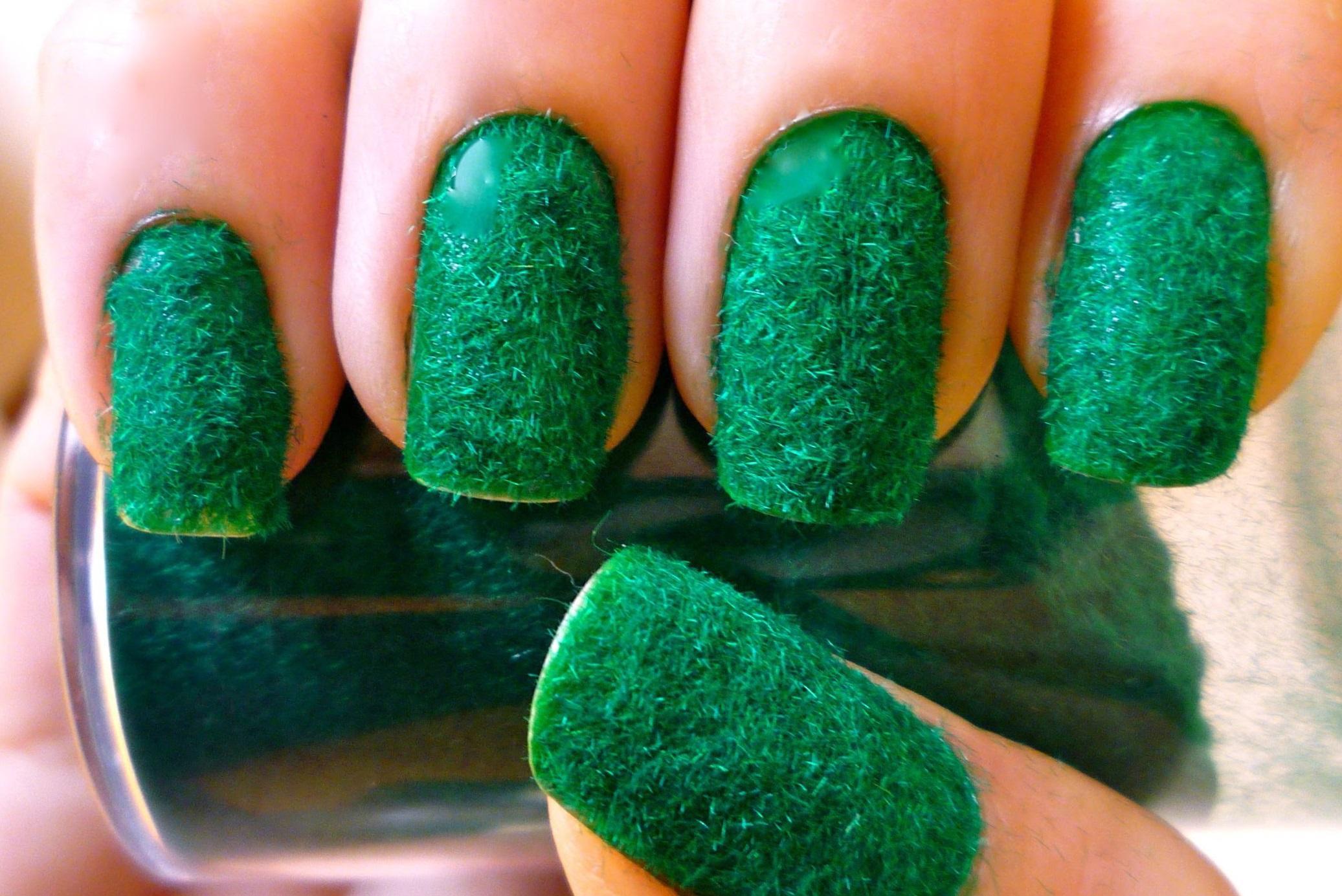 Необычные зеленые пушистые ногти