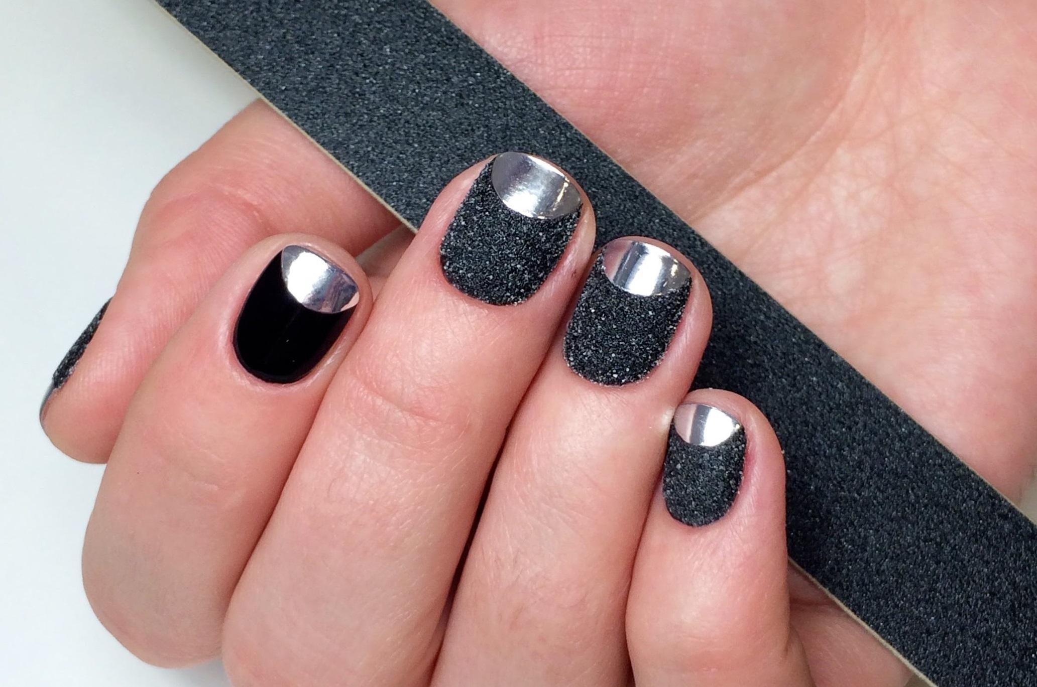 Велюровые ногти в черно-серебряном цвете