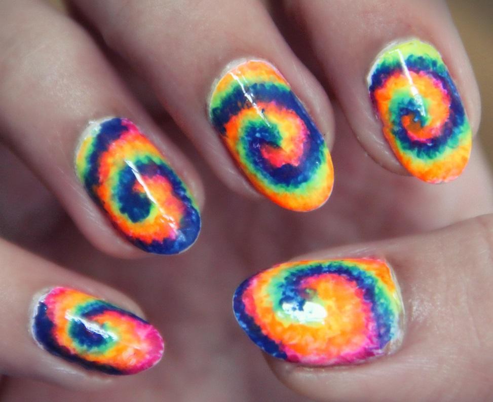 Радужные вихри на овальных ногтях