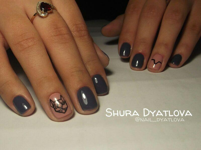 Темные ногти и рисунки на контрасте