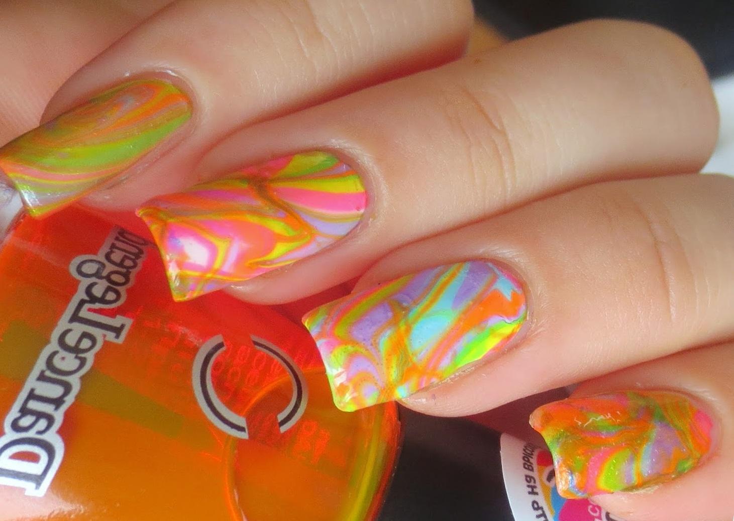Яркий солнечный водный маникюр для длинных ногтей