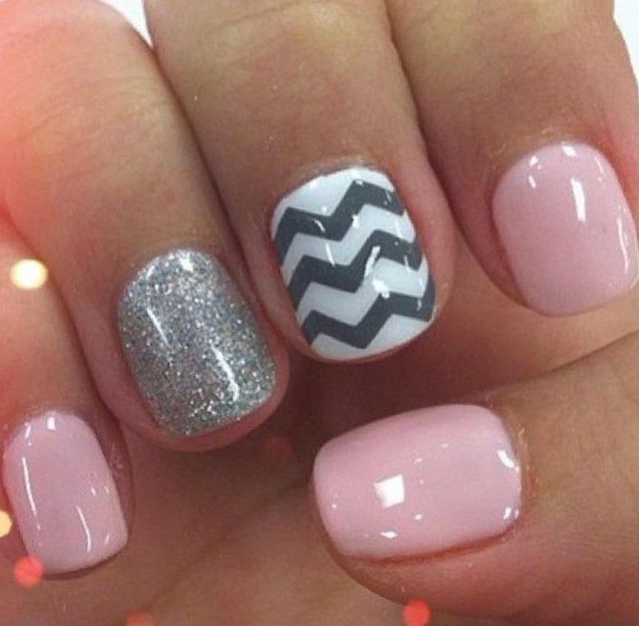 Волны и блестки на коротких ногтях