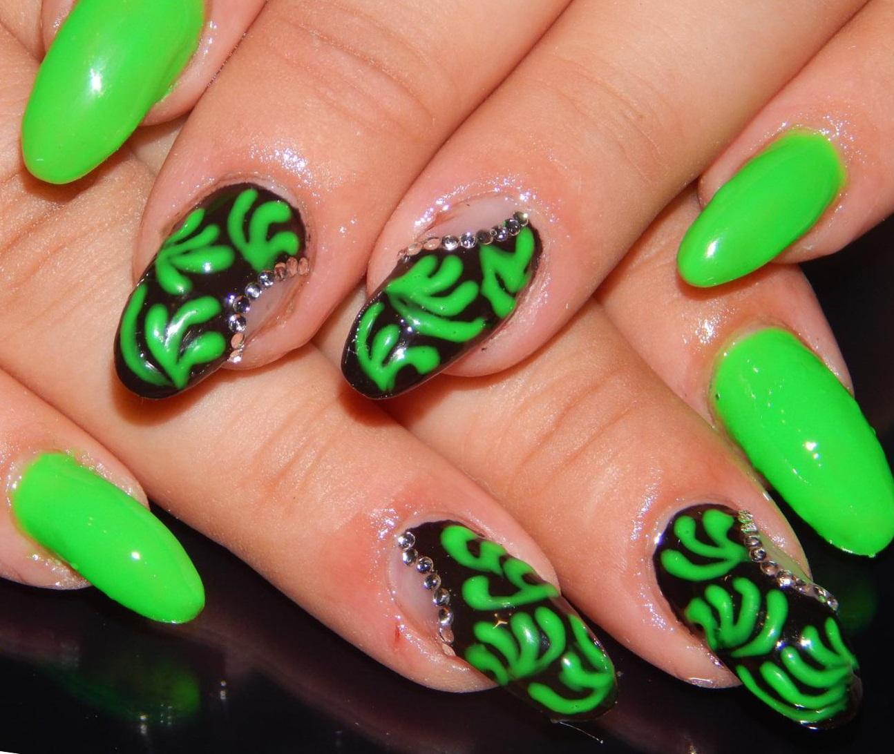 Яркий зеленый маникюр с узорами и стразами