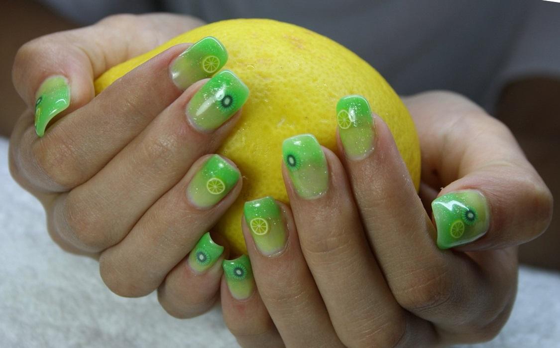 Летний зеленый маникюр с лимоном и лаймом