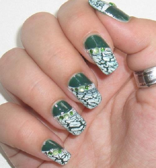 Зеленый кракле-маникюр с цветными стразами