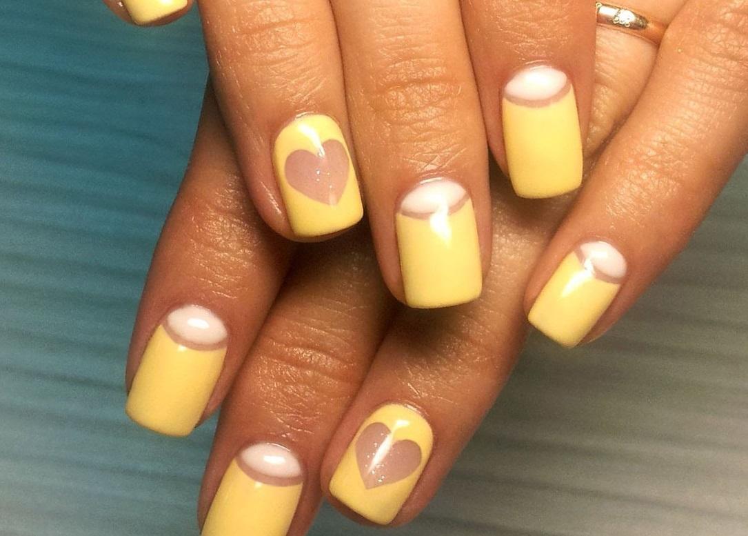 Желтый маникюр с милыми сердечками
