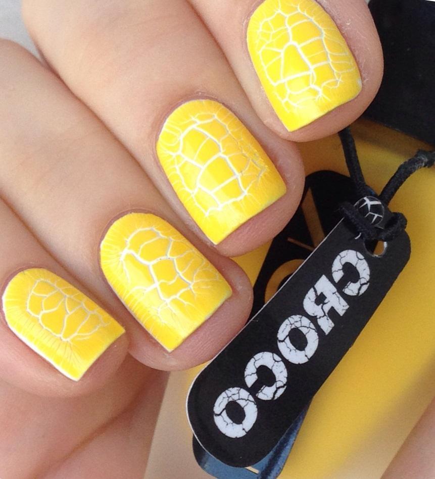 Желтый солнечный кракле-маникюр