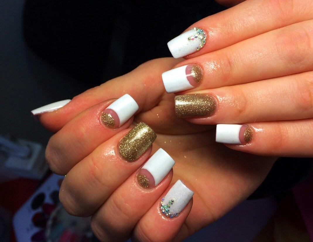 Золотистые ногти с лунным френчем
