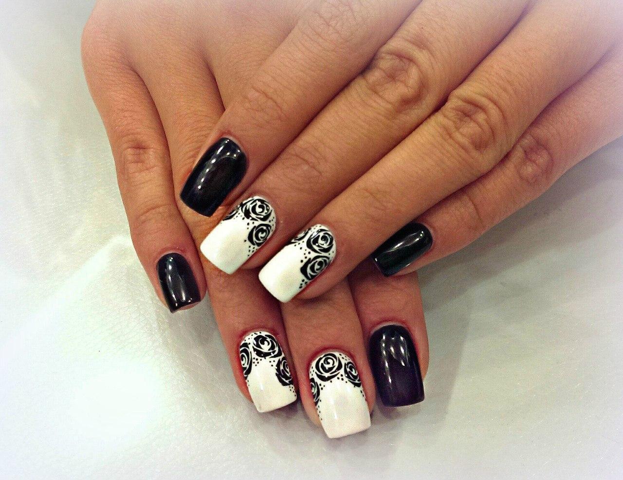 Чёрно-белый маникюр с розами
