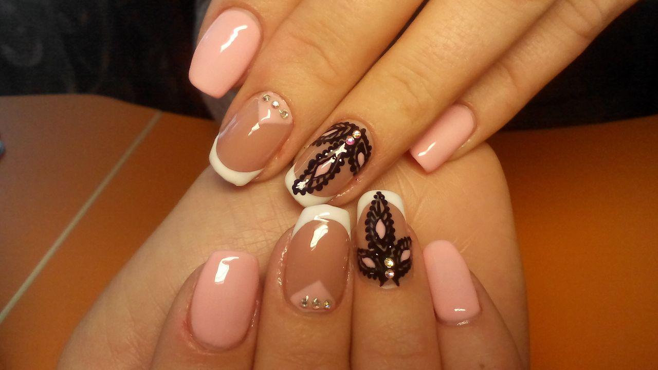 Белый френч с нежно розовым гель-лаком